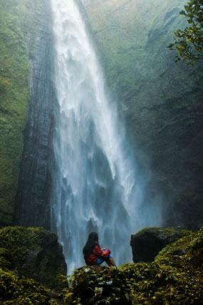 femme contemplant des cascades